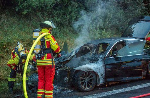 Der BMW ist aus bislang unbekannter Ursache in Flammen aufgegangen. Foto: 7aktuell.de/Simon Adomat