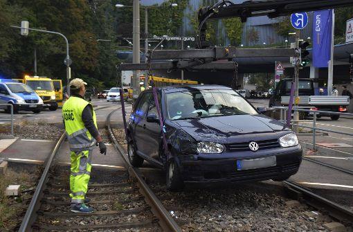 Auto landet im Gleisbett der Stadtbahn