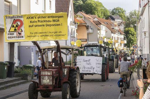 Angeführt von mehreren Traktoren lokaler Landwirte zogen die Teilnehmer der Kundgebung vom Bahnhof in den Schlosshof vor dem Rathaus. Foto: factum/Weise