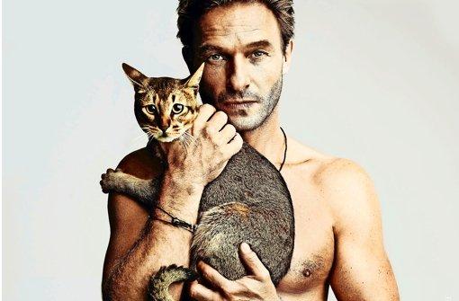 """""""So trägt man Pelz"""", findet der Schauspieler Thomas Kretschmann mit seiner Katze Foto: Peta"""