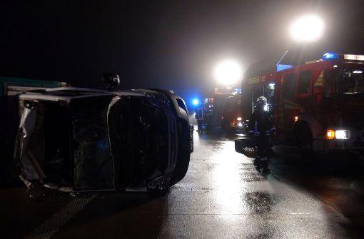 Wie die Polizei in Magdeburg mitteilte, waren an dem Unfall in der Nacht zum Freitag auch zwei Autos beteiligt. Dabei wurde eine Frau leicht verletzt. Foto: dpa