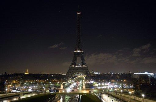 Paris trauert - Eiffelturm liegt im Dunkeln