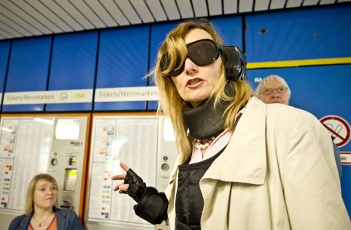 Bürgermeisterin Isabel Fezer macht den Selbstversuch und steigt in den Alterssimulationsanzug, kurz Gert (für gerontologischer Anzug). Foto: Max Kovalenko