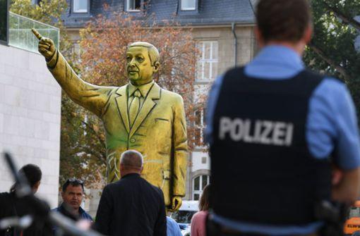 Eine Kunstinstallation mit einer goldenen Statue des türkischen Staatspräsidenten Recep Tayyip Erdogan sorgt für Aufsehen. Foto: dpa