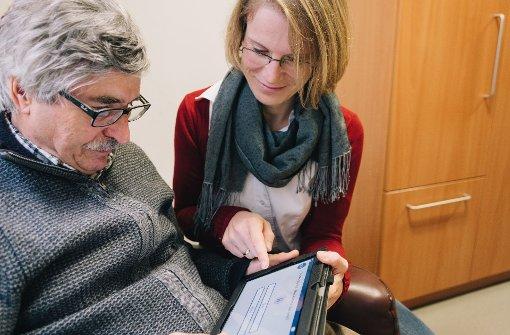 Das Tablet erinnert an Bilder von früher oder fordert zum Denksport auf. Foto: Lichtgut/Verena Ecker