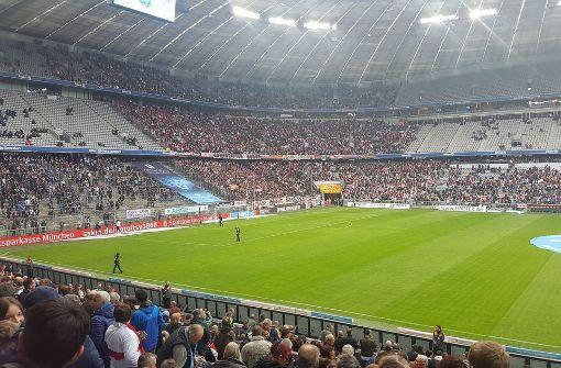 VfB-Fans haben das Kommando in der Allianz Arena in München übernommen. Foto: Thomas Stierle