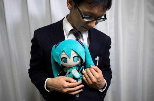 Die Stoffpuppen-Miku trägt den Ehering ums Handgelenk ... Foto: AFP