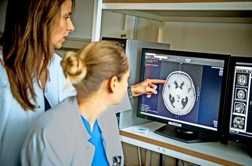 Fachärztinnen begutachten am Bildschirm radiologisches Bildmaterial. Foto: Klinikenholding