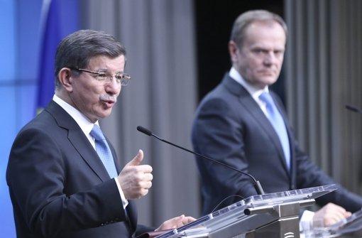 Der türkische Premierminister  Ahmet Davutoglu (links) und der EU-Ratspräsident Donald Tusk berichten in Brüssel von den Ergebnissen des EU-Sondergipfels. Foto: EPA