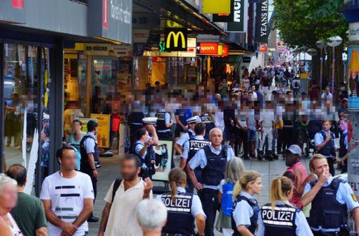 Der Einsatz in der Königstraße lockte viele Schaulustige an. Foto: Andreas Rosar Fotoagentur-Stuttgart