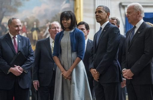 Vizepräsident Joe Biden (rechts), Präsident Barack Obama (zweiter von rechts) und die First Lady Michelle Obama (Mitte) Foto: dpa