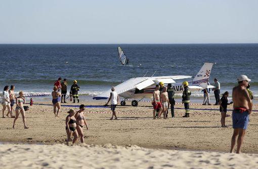 Kleinflugzeug muss am Strand notlanden – zwei Tote