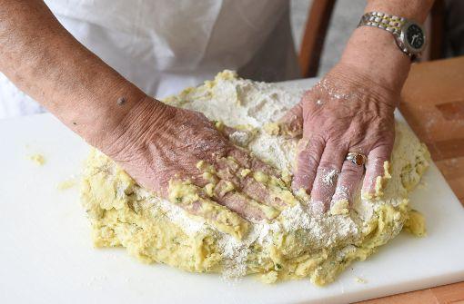 Einheimische kochen mit Flüchtlingen