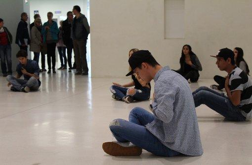 Die nachmittäglichen Proben im Atrium der Stadtbibliothek Stuttgart locken Zuschauer an. Im Bild zu sehen: Matteo Rentschke (Vordergrund), Jabbar (re.), Fatima Mohammed-Azim (Mitte), Arkadiy Statsenko (li.).  Foto: Melanie Maier