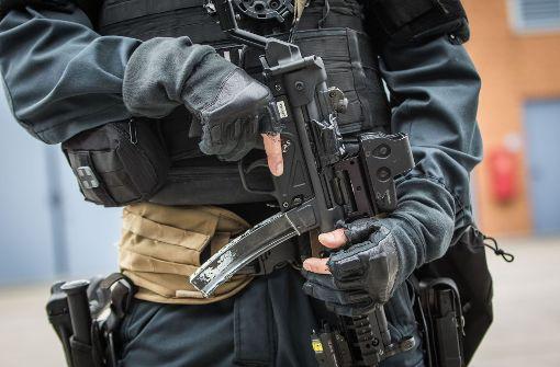 Bewaffneter Mann verschanzt sich in Haus