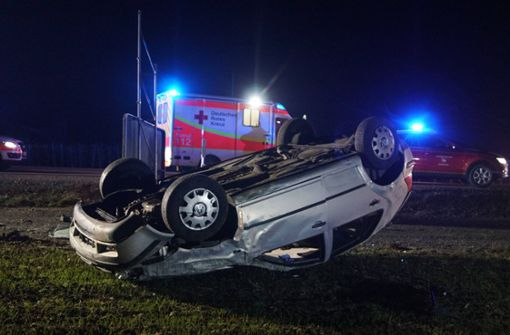 Auto überschlägt sich - Mann aus Fahrzeug geschleudert