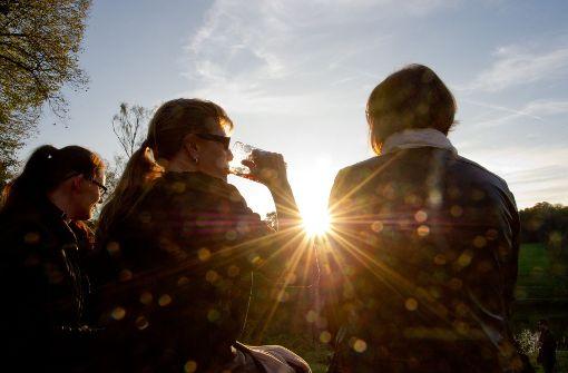 """Draußensitzen und die Sonne genießen: Dank Hoch """"Tanja"""" geht das auch in der zweiten Oktoberhälfte noch. (Archivfoto) Foto: dpa"""