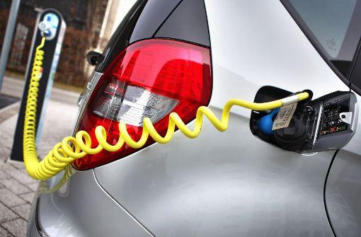 Ein Elektroauto von Mercedes beim Laden: Der Platzhirsch hat sich auf die Ausschreibung der Stadt Stuttgart offenbar gar nicht erst beworben Foto: dpa-Zentralbild