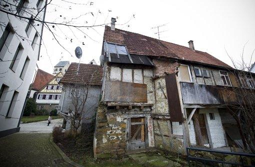 Baden-Württembergs zweitältestes Dorfhaus an der Linsenhofer Straße 4 und 6wird saniert. Foto: Max Kovalenko