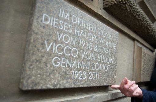 Die Loriot-Gedenktafel erinnert nun an den berühmten Humoristen: Im dritten Stock dieses Hauses wohnte von 1938 bis 1941 Vicco von Bülow genannt Loriot - 1923 - 2011. Foto: dpa