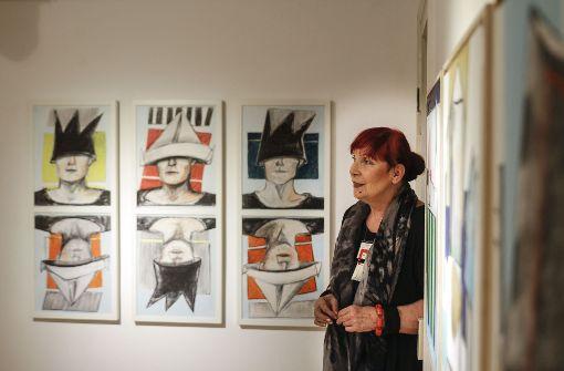 Marlis Weber-Raudenbusch vor der Serie ihrer (absichtlich) unvollständigen Selbstporträts.  Foto: factum/Bach