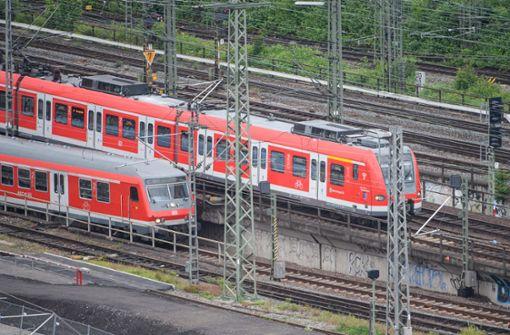 S-Bahnen fahren in den Stuttgarter Hauptbahnhof ein. Foto: dpa