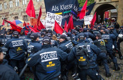 """Bei der """"revolutionären 1. Mai-Demo"""" gab es Rangeleien zwischen Teilnehmern und Polizisten. Foto: dpa"""