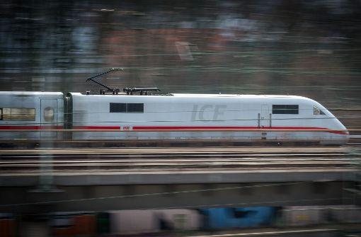 Junge fährt mit dem Zug nach Basel