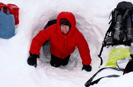 Kuschelig ist was anderes: Nur Menschen mit Nehmerqualitäten sollten in einer selbst gebauten Schneehöhle nächtigen.  Foto: Hippe