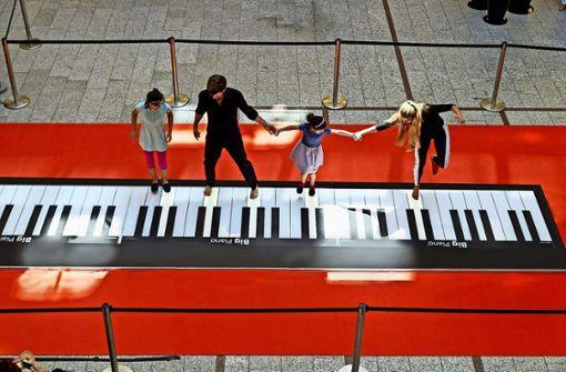 Mit den Füßen Klavierspielen