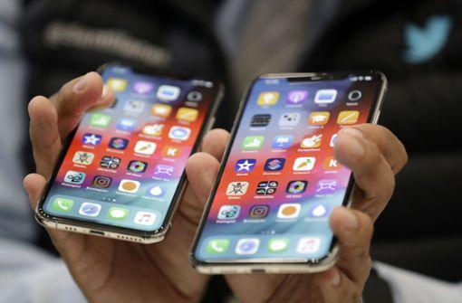 Das neue iPhone XS Max (rechts) soll 1250 Euro kosten. Foto: AP