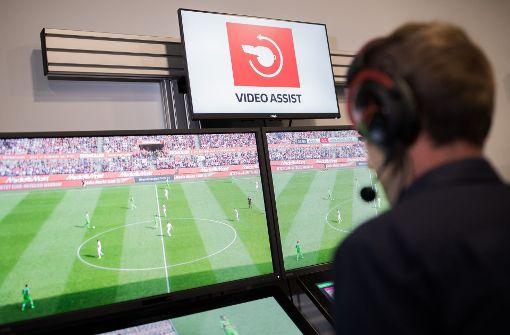 Eignetlich sollten die Videoassistenten mit Beginn der neuen Bundesligasaison das Schiedsrichter-Gespann auf dem Feld bei strittigen Entscheidungen unterstützen. Foto: dpa