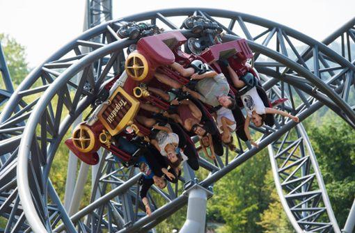 Im Freizeitpark bTripsdrill/b bei Cleebronn steht die Welt Kopf – zumindest, wenn man mit einer der vier Achterbahnen fährt. Foto: dpa