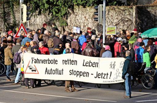 Der Demonstrationszug legte die B14 stadteinwärts für etwa zwei Stunden lahm – es war die erste Anti-Feinstaub-Demo im neuen Jahr. Foto: Lichtgut/Michael Latz