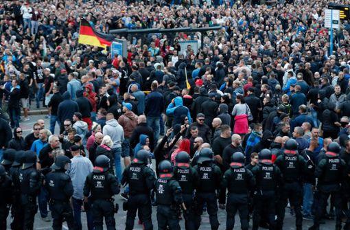In Chemnitz sind am Montagabend bei Zusammenstößen rechts- und linksgerichteter Demonstranten laut Polizei zwei Menschen verletzt worden Foto: AFP