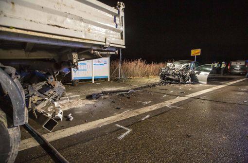 Auto prallt in geparkten Lastwagen – Fahrer stirbt