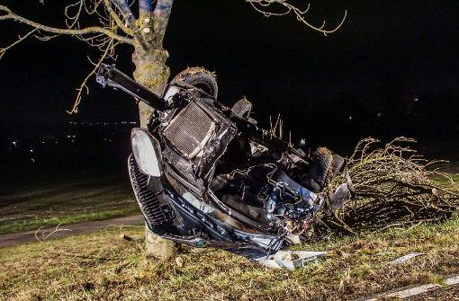 Auto überschlägt sich und kollidiert mit Baum