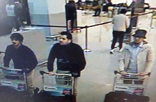 Der Sender VRT hat ein Bild mit drei Männern veröffentlicht, auf dem auch der Terrorverdächtige (rechts) zu sehen war, nach dem die Polizei fahndet. Foto: dpa