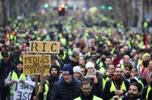 Bei ihren landesweiten Kundgebungen demonstrieren sie gegen Steuer- und Preiserhöhungen sowie für eine verbesserte Kaufkraft der Franzosen. Foto: AFP