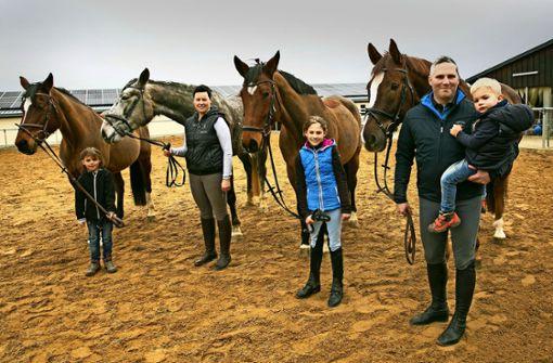 Stets im Pferdedienst: Markus Sauter mit Söhnchen Max (rechts), seiner Frau Angela und den Töchtern Jana und Emma Foto: Ines Rudel