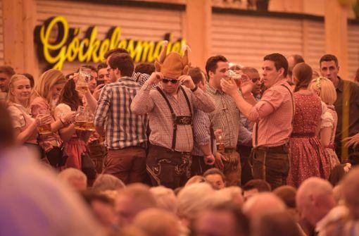 Die ersten Frühlingsfest-Fans stehen schon auf den Banken.  Foto: Lichtgut/Max Kovalenko