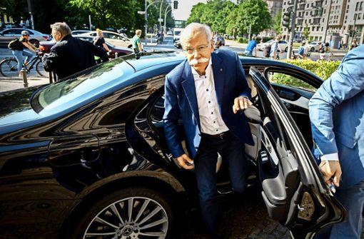 """Daimler-Chef  Zetsche musste am Montag zum Rapport in Berlin bei Verkehrsminister Scheuer antreten.  Es sei ein """"gutes, konstruktives Gespräch"""" gewesen, sagte Zetsche. Foto: dpa"""