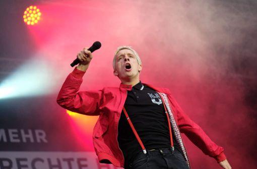 Felix Brummer, Sänger der Gruppe Kraftklub, performte auf der Bühne. Foto: dpa