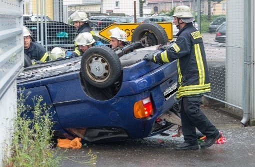 Autofahrerin stürzt von Brücke
