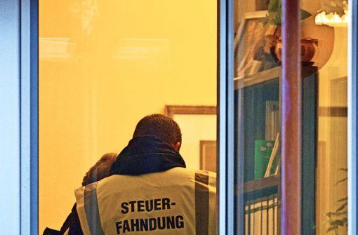 Wenn Steuerfahnder zur Durchsuchung anrücken und fündig werden, droht den Verdächtigen oftmals eine Haftstrafe, heißt es. Foto: dpa