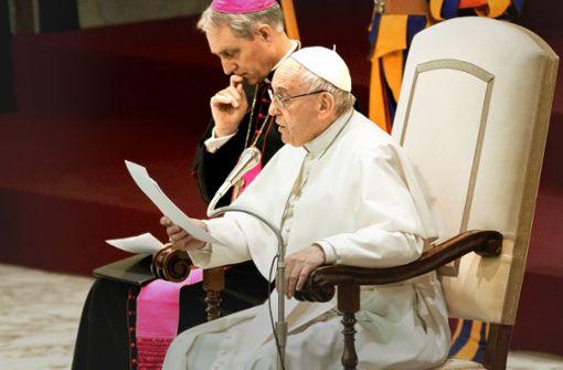 Papst Franziskus , hier mit Erzbischof Georg Gänswein, hat die Selbstständigkeit der Kirchen vor Ort gestärkt. Das passt nicht allen im Vatikan und in den einzelnen Bistümern. Foto: dpa