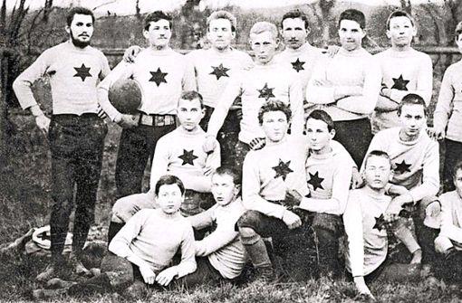 """Am Anfang stehen zwei verschiedene Klubs: 9. September 1893: Der FV Stuttgart 1893 wird gegründet.September 1897: Der Kronenklub Cannstatt, auch als """"FC Krone"""" bekannt, wird ins Leben gerufen.Was die beiden Vereine verbindet? Bald schon sehr viel.  Foto: VfB"""