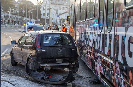 Stadtbahnunfall mit zwei Autos