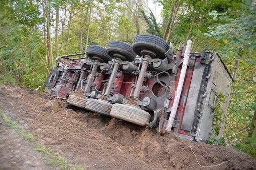 Lkw-Anhänger stürzt Böschung hinab