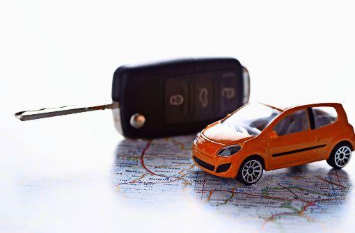 Schlüsselübergabe: Bevor man in den Mietwagen steigt, sollte man ihn  von allen Seiten auf Schäden überprüfen – und gegebenenfalls Ersatz fordern. Foto: JS-LE-PHOTOGRAPHY –  Fotolia
